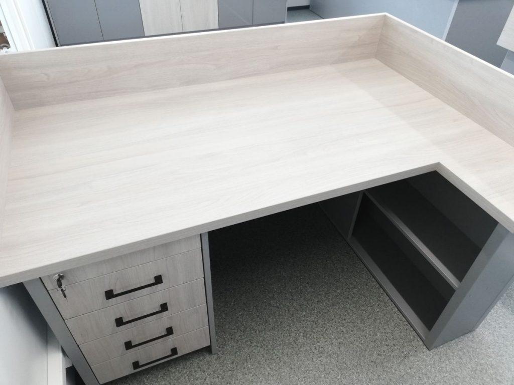Klasyczne, ergonomiczne biurko na wymiar.