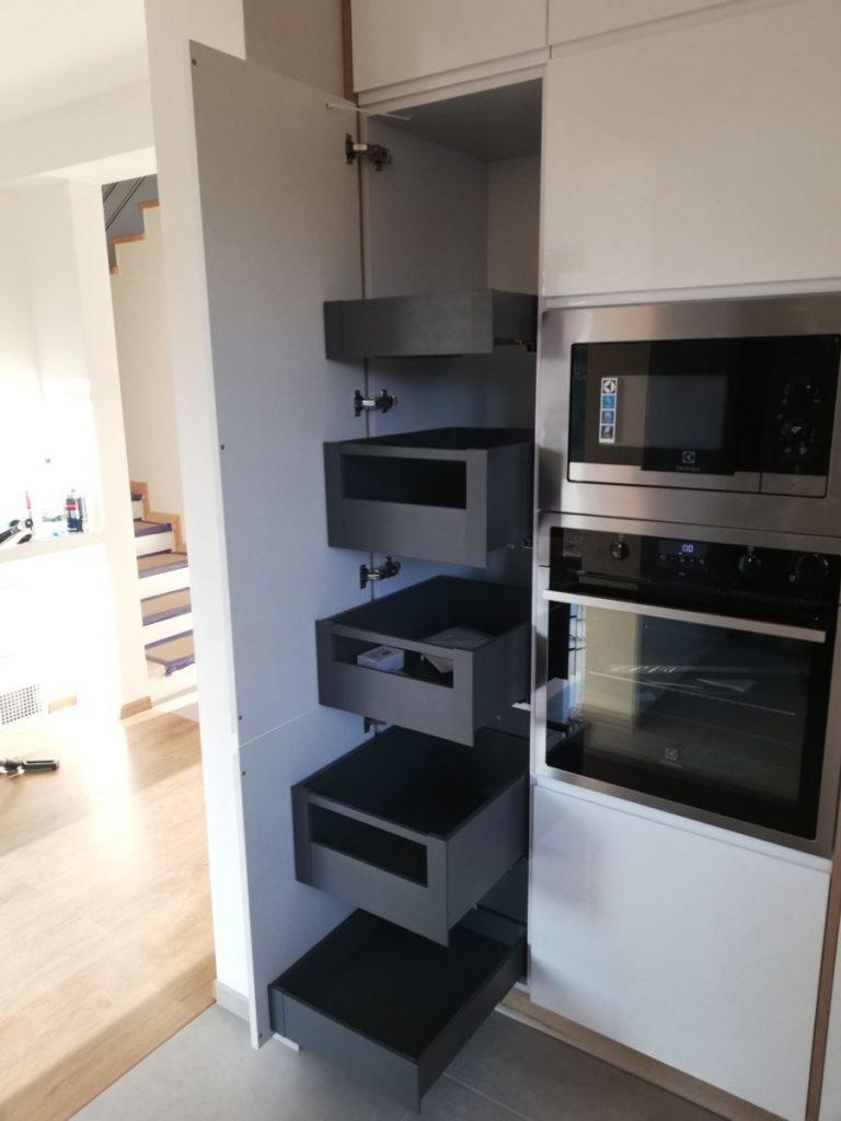 Szuflady w szafce w kuchni.