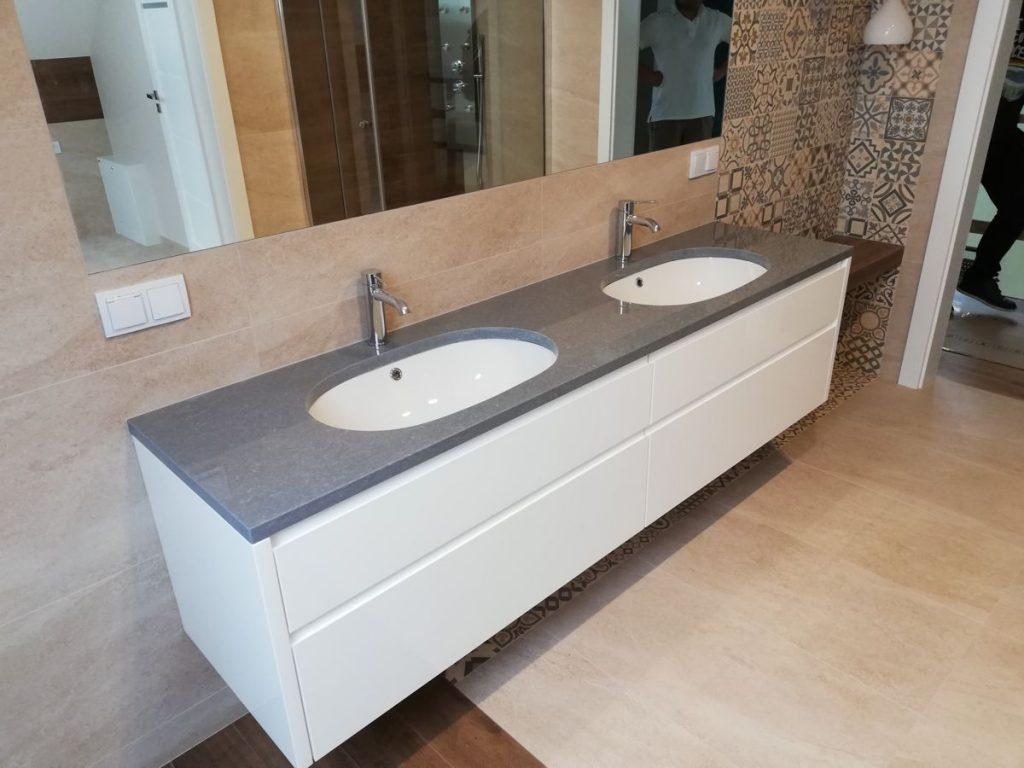 Szafka na wymiar pod umywalkę w łazience z marmurowym blatem.