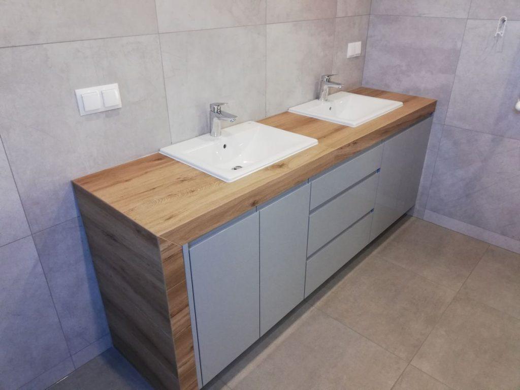 Szafka na wymiar pod umywalkę w łazience z drewninym blatem
