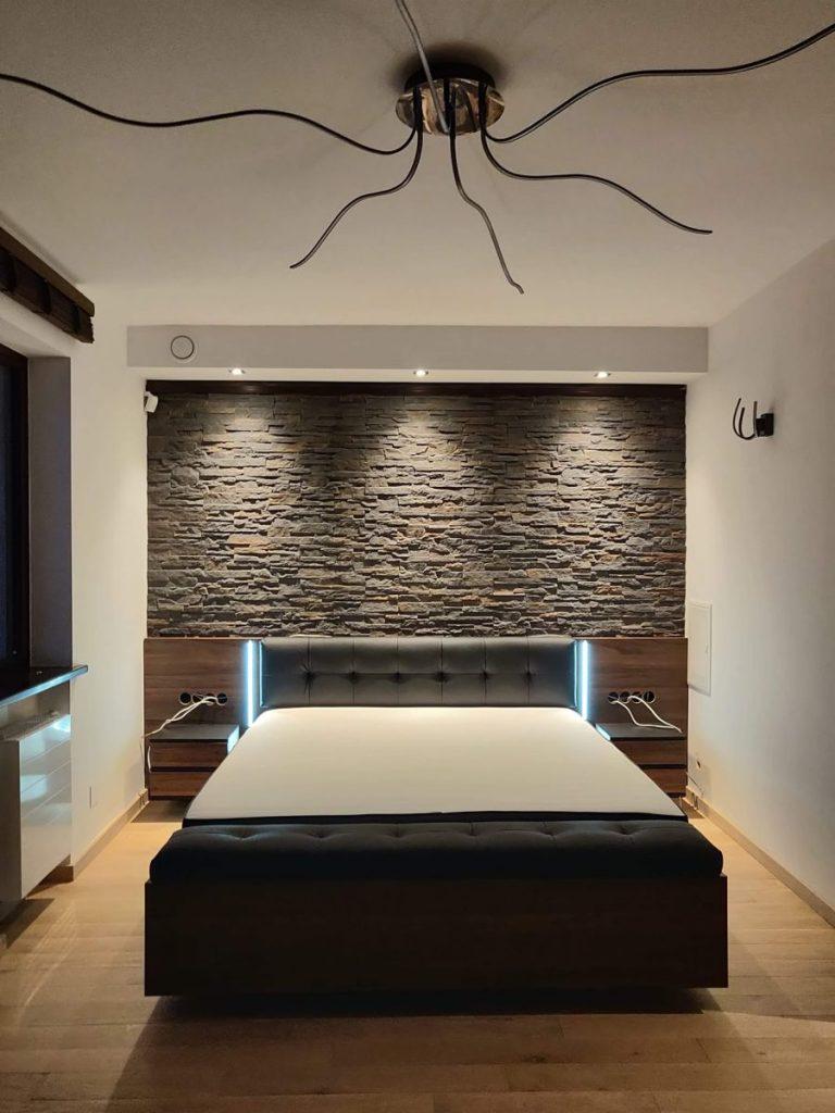 Panorama sypialni z łożem małżeńskim.