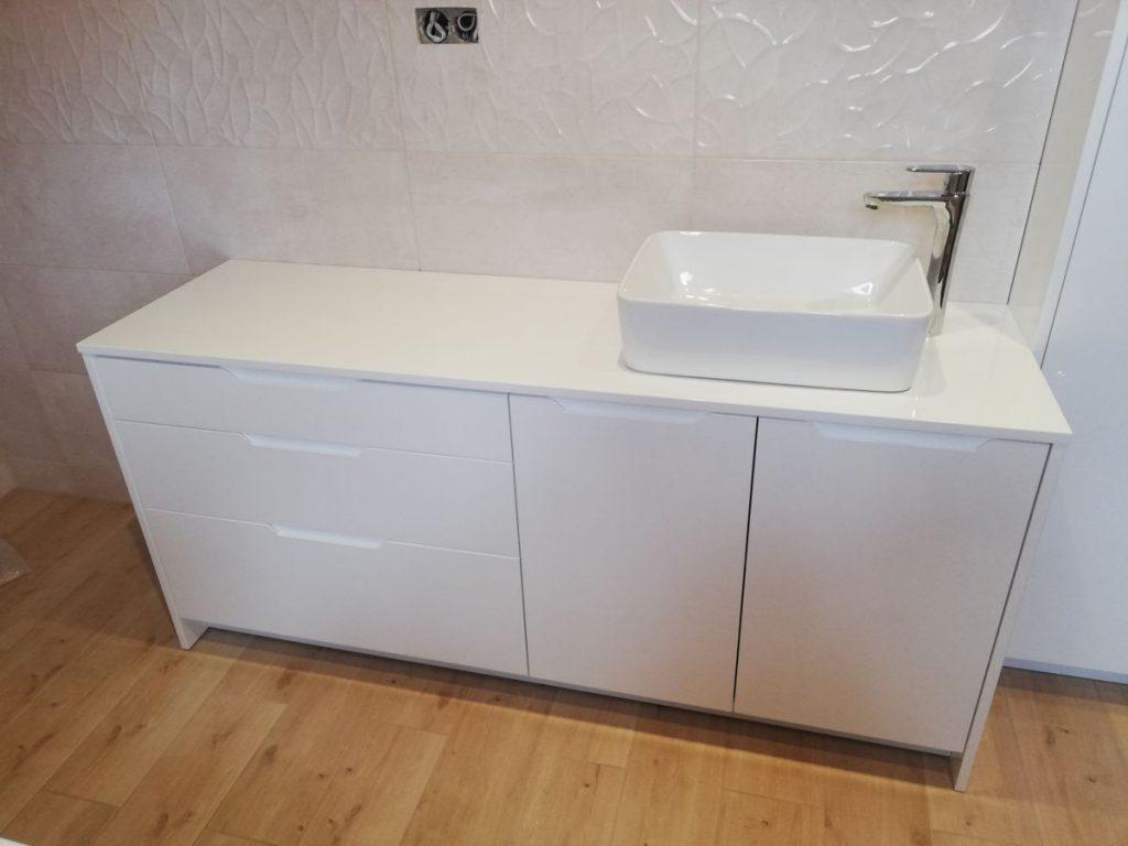 Meble do łazienki. Szafka pod umywalkę w kolorze białym.