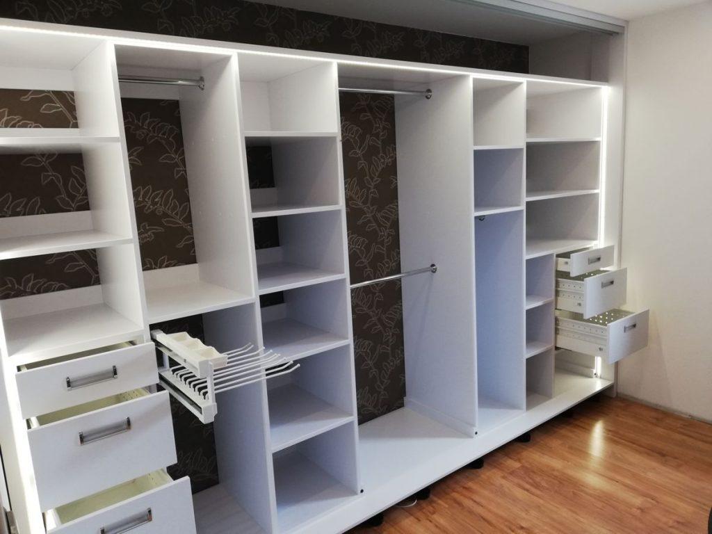 Wnętrze szafy, garderoby.